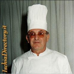 Chef che consiglia i piatti tipici ischitani